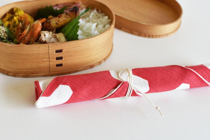 「春からお弁当生活」という人は、お弁当箱だけではなく一緒に箸袋も新調してはいかがですか?  日本の伝統技法である「型染め」で作られた箸袋。赤や黄色の元気がでそうなカラーで目にも鮮やか。ランチタイムが待ち遠しくなりそうですね。