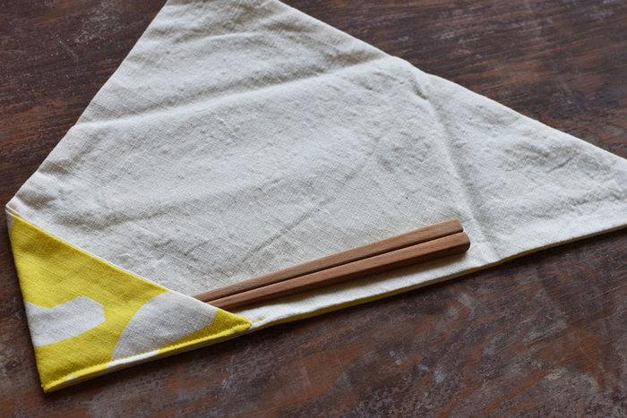 写真の様に箸を入れて包み、ひもで結ぶデザイン。どんな長さのお箸でも対応できるのが嬉しいポイント。お気に入りのMY箸を持っていきたくなりますね。  綿100%なので、使用後は洗濯して毎日清潔に使えます。
