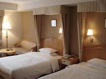 大正ロマン漂う気品と重厚感がある客室。デラックスルームとスタンダードルームのベッドはすべて憧れの天蓋付きです!