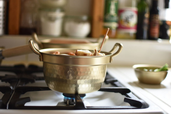 新生活をスタートさせる人にぴったりなキッチンアイテムアルミの「小伝具」。一人暮らしに丁度いい小ぶりなサイズ、黄金色のどこか懐かしくレトロな見た目もおしゃれ。  とにかく軽くて扱いやすく、火の通りもお湯が沸くのも早いので、お弁当や夜食などスピーディに調理するのに最適ですよ。