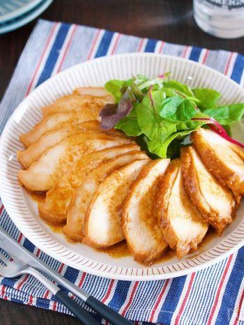 甜麺醤をベースにした甘ダレに漬け込んで、そのまま保存袋ごとお湯にポンのほったらかしでできる北京ダック風のムネ肉チャーシューレシピです。あらかじめ味が染み込んでいるので、ご飯に乗せて丼にしたり、パンに挟んでサンドイッチにも使える便利なレシピです。