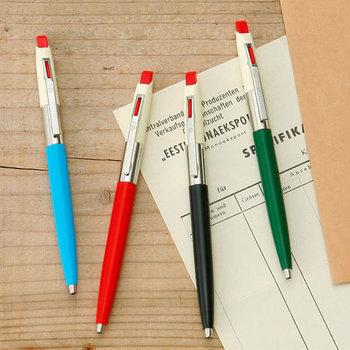 仕事で長く座るデスク周りのアイテムを新調すると、気分も上がってモチベーションもUPするかも。  こちらはハンガリーの筆記具メーカーのボールペン「レトロペン」。1970年代に大ヒットしたモデルの復刻版です。70年代を思わせるレトロなデザインが今は新鮮。カラフルで可愛くて、色違いで揃えたくなりますね。
