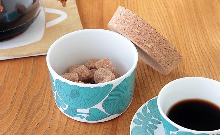 スウェーデンの老舗陶磁器メーカーGUSTAVSBERGと鹿児島睦さんとのコラボレーションにより生まれたAPRILシリーズ。鹿児島さんの描く草花が、白磁に映えてまさに春を連想させる食器です。  蓋つきの「キャニスター」の他に「コーヒーカップ&ソーサ―」「ケーキプレート」もありますよ。
