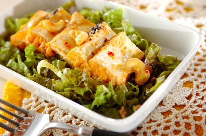 厚揚げを豆板醤とマヨネーズで炒めた、こっくりまろやかなピリ辛レシピ。いつもの和食材も、豆板醤を加えることで、新しい魅力を引き出してくれています。お弁当やおつまみにもオススメのレシピです。