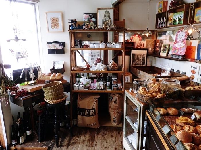 種類豊富な焼きたてパンが店頭に並びます。カヌレやタルトなどの焼き菓子もあるので、ちょっと立寄って旅行中のおやつを買うお店としてもおすすめです。