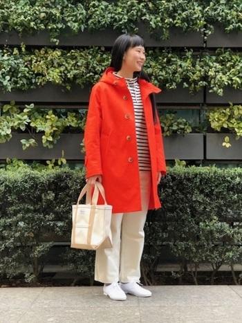 ORCIVAL(オーシバル)の鮮やかな赤色のコートには、ボーダートップスと白パンツを合わせた冬のマリンコーデがぴったり。コートはいつも、ベーシックカラーしか挑戦できないという人にもおすすめの上質な大人カジュアルが手に入るアイテムです。意外にも、赤色アウターが合わせやすいことにきっと気が付くはず。