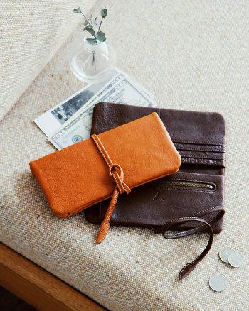 「春財布」ってご存知ですか?「(お金でパンパンに)張る財布」ということで縁起がいいとされているようです。新調するなら春がおすすめですよ。  土屋鞄の「ループロングウォレット」はしっとりと手に馴染む心地のよい長財布です。レトロなデザインでありながら機能性もばっちり。