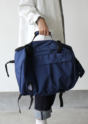 このバックパックは、ブリーフケースにもなる2WAY仕様がとても便利。シーンに応じてさまざまな使い方ができる、機能性の高いバックです。