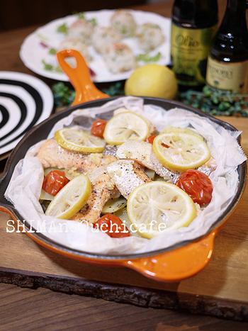 クッキングシートで材料を包んで、蓋をして火に通すだけの簡単おつまみ。塩コショウ・オリーブオイル・白ワインで味つけをすれば完成です。鮭の旨味と、レモンの爽やかな香りが楽しめる本格的な一品です。