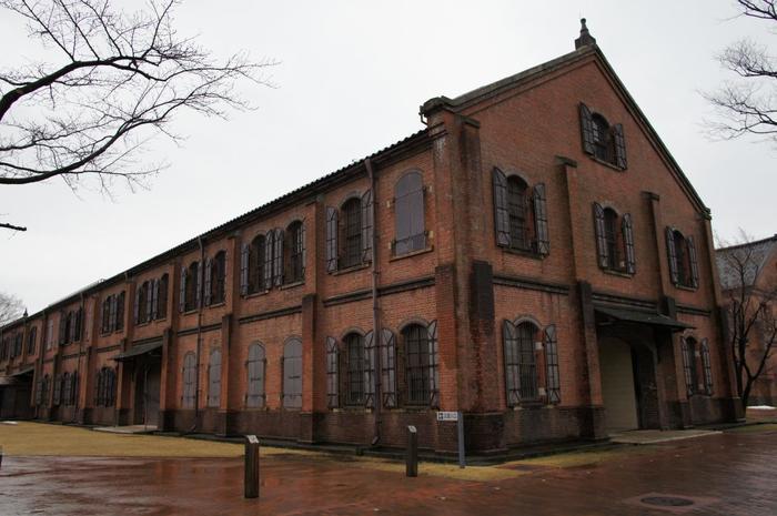 石川県立歴史博物館のうち赤レンガの3棟は、かつては陸軍兵器庫として、戦後は金沢美術工芸大学に使用されていたもの。1986(昭和61)年に石川県立郷土資料館が赤レンガ建物3棟に移転し、石川県立歴史博物館として開館しました。