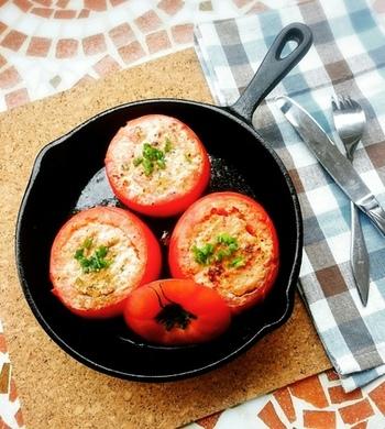 丸ごと一つのトマトを使ったインパクトのあるおつまみ。中身をくりぬいたトマトに、挽き肉や玉ねぎなどを混ぜたものを詰めて焼き上げます。熟れすぎたトマトを使うと崩れやすいので、少し固めのトマトを使用するのがポイントです。