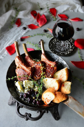 ワインに合わせて、ラム肉を使ったおつまみはいかがでしょうか?ソースはブルーベリーとゴルゴンザーラで旨味をプラス。パンを添えて召し上がれ♪