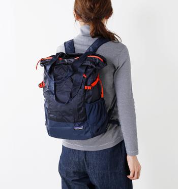 人気アウトドアブランド「patagonia(パタゴニア)」のトラベルトートバッグ。ポーチに収納できるほど小さく畳むことができるので、セカンドバッグとして持参すると旅行先で荷物が増えたときにとても便利です。写真のようにバックパックとしても使用可能で、旅行先での行動時にも重宝します。