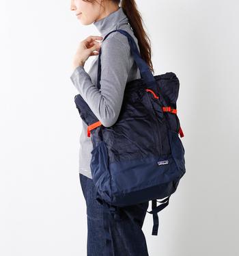 このようにショルダーバッグにも。お土産などが増えたときにも安心ですね。とにかく軽いので、ラクです。