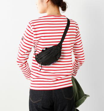 このようにショルダーバッグにも。ファッションに合わせて、自由なスタイルで楽しみましょう。