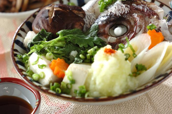 大皿に鯛の頭、豆腐、三つ葉や白ネギなどの野菜を盛り付け、合わせだしをかけたら、皿ごと蒸し器の中へ。そんなシンプルな調理法の蒸し料理ですが、お皿が出汁をしっかりキャッチ。食材の旨味を余すことなく味わえます。水炊きのようにポン酢とあわせたり、そのままで出汁を味わう食べ方も美味しいですよ◎