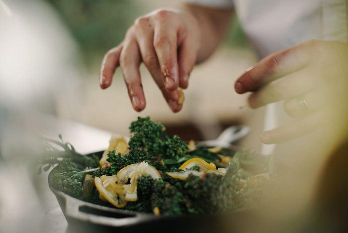 今回は「お野菜編」。 いつもは無意識に捨ててしまう皮や葉っぱなどを美味しく食べるレシピをご紹介したいと思います。  *皮を食べるときは、無農薬などカラダに優しいものを選ぶか、農薬やワックスを落とすためにナチュラル系アイテムで洗うのがおすすめです。