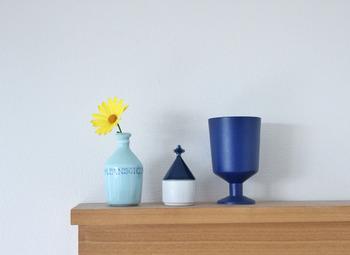 ブルーの一輪挿しに黄色い花を一輪。色のコントラストがキレイで玄関がぱっと明るくなりますね。同系色の小物を並べると統一感が生まれます。