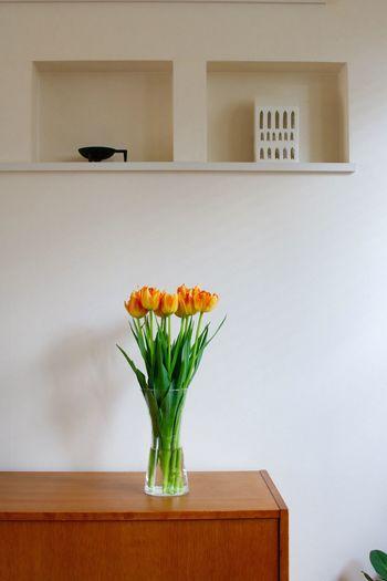 春らしさを感じるお花は、玄関を明るくしてくれますね。オレンジのチューリップがナチュラルな華やかさを演出してくれます。白い壁をバックにすると絵画のように映えてステキ。