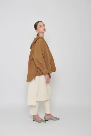 ベージュとホワイトが織りなすソフトな色調が、モッズコートスタイルをエレガントに昇華。シルバーのバレエシューズで、ノーブルな空気をさらに後押ししておきましょう。