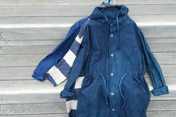着こなしを垢抜けた印象にしてくれる、デニム素材のモッズコート。しなやかな生地であれば、ゴワつき感も少なくて◎。