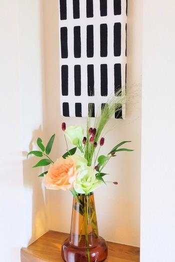 優しい色合いのお花が、玄関を和ませてくれますね。こちらはお花の宅配サービスを利用しているそうで、フラワーショップセレクトのお花が送られてくるんだそう。お花選びのセンスに自信がないという方も、これなら手軽にセンス良く飾ることができそうですね。