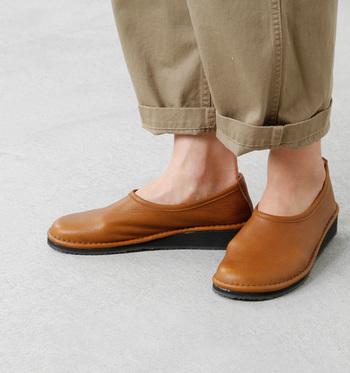 しっくりと足になじんで心地いい履き心地。また、衝撃緩和クッションを内蔵した、旅にぴったりの快適シューズです。