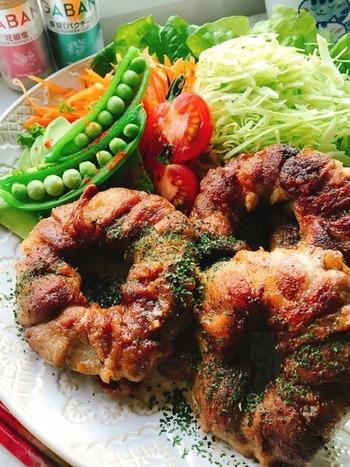 薄切りの豚肉を輪切りにした玉ねぎにぐるぐる巻きつけて、花椒塩で味付けした見た目にも楽しめるレシピです。いつもの塩ではなく、花椒塩を使うことで中華風な奥行きのある味付けになりますよ。かさ増しもできちゃう有難いレシピです!