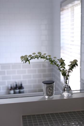 白ベースの洗面所に真っ白なコデマリを飾ると、清々しい雰囲気に。枝が長くて動きのあるお花は、そのまま飾るだけでサマになりますね。