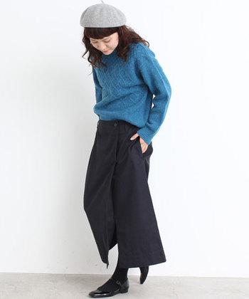 着回し力バツグンのブラックのラップスカートは、クローゼットに常備しておきたい一枚。明るいブルーのニットを合わせれば、鮮やかなコントラストが楽しめます。