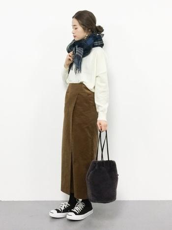 気持ちまで温めてくれそうな、ほっこりとしたコーデュロイ素材のラップスカート。濃密なキャメルカラーなら、ホワイトやブラックをくっきり美しく引き立てます。