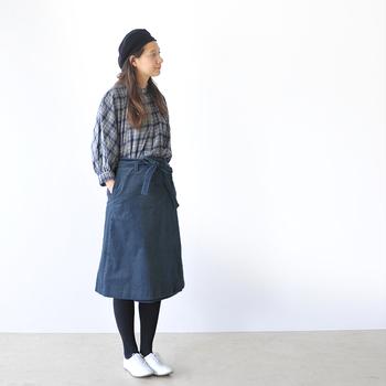 ブルー系のチェックシャツ&ラップスカートで、好感度の高い爽快ワントーンが完成。ウエストのリボンが、すっきりとしたコーディネートに愛らしさを添えています。