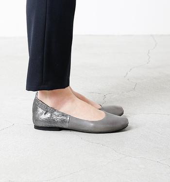 かかとは、くしゅっと伸縮性があり、柔らかくフィットします。また、反りもよく、足の裏の動きに合わせてくれるので、長時間歩いても疲れにくいのがうれしいシューズです。