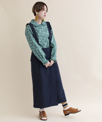 どこか懐かしさを感じる、サロペット型のラップスカート。レトロなラウンドカラーシャツを持ってきて、さらにそのムードを盛り上げましょう♪