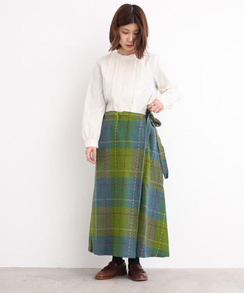 同じようなイメージになりがちなチェック柄も、こんな色合わせならとっても新鮮!トップスはシンプルなブラウスにして、ラップスカートの華やかさを活かします。