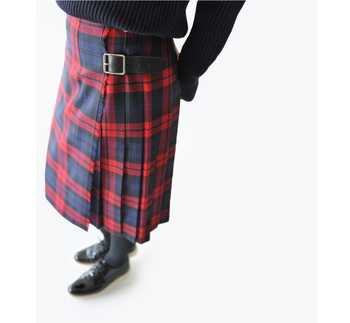 品行方正なトラッドスタイルを叶えてくれるのは、やっぱり大定番のタータンチェック。ラップスカートにすることで、グッとブリティッシュ風な趣に。