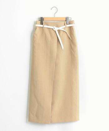 スタイリングの鮮度出しに役立つラップスカート。まだお持ちでない方は、シンプルな無地タイプから取り入れるのがおすすめです。ぜひこの機会に挑戦して、毎日のスカートルックに磨きをかけてくださいね。