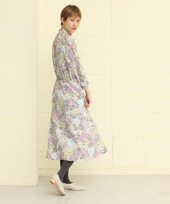 薄いパープルやブルーなど、きれいなパステルカラーが印象的な花柄ワンピースは、着るだけでエレガントなムードをメイク。淡く明るい色使いに、一足早い春の訪れを感じます。