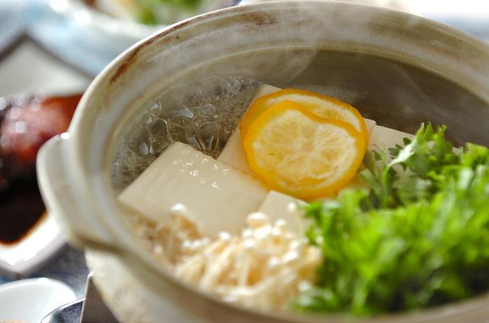お豆腐はヘルシーで美容にも良く、さらに経済的。何より美味しい!といイイコトづくし。今回そんな湯豆腐について、オススメの薬味や調味料、食べ方などの「より選り」のものをご紹介していきたいと思います。