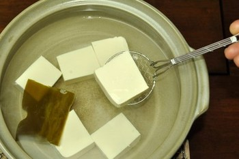 美味しい湯豆腐の秘訣は、昆布の下準備。そして、沸騰手前に火を切ること。ちょっとした手間でグッと美味しく頂けます。このポイントを押さえて作りましょう♪