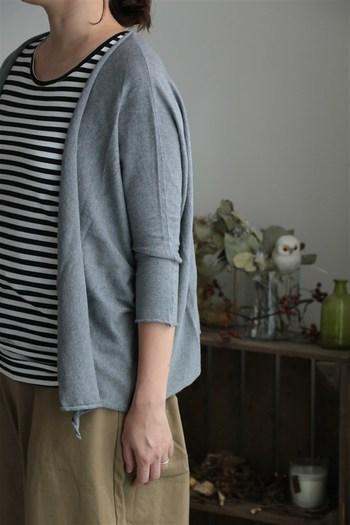 袖の付いたショールカーデは、前留めがなく軽く羽織れるのがいいところです。こちらは、綿60%、シルク30%、カシミア10%の柔らかな肌ざわり。裾や袖口が断ち切りなので、少しロールする感じがカジュアルで親しみやすいデザインです。