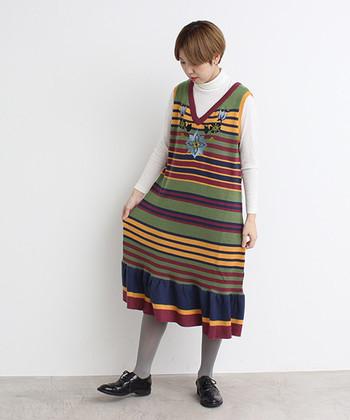 カラフルな変則ボーダーに乗せられた、大小さまざまなフラワー刺繍。多色使いが特徴的なワンピースですが、スモーキートーンで統一されているので、きちんと大人シックに着こなせます。