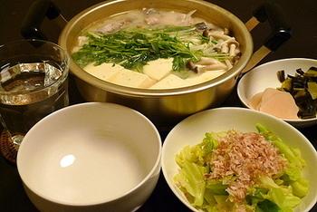 こちらは、鱈と白みその湯豆腐鍋。お野菜いっぱいで美味しそう。湯豆腐といえば、鱈を入れるご家庭も多いのでは?冬といえば、やっぱり鱈が食べなくなりますよね♪