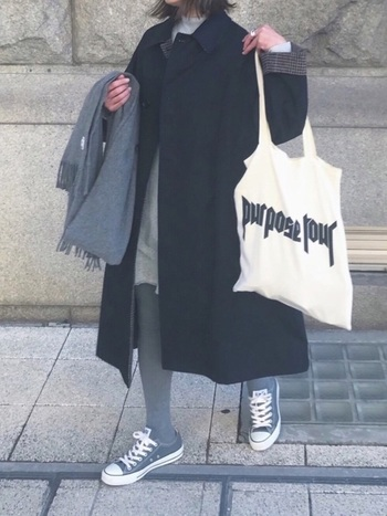 グレーのタイツにグレーのスニーカーを合わせ、統一感と足長見えをゲット。ブラックのタイツを履くよりも、グッと垢抜けた印象に仕上がります。