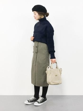 シュッとしたスリムラインのスカートは、シンプルコーディネートを大人に魅せる優秀アイテム。スニーカーを投入すれば、程よくカジュアルなムードも醸せます。