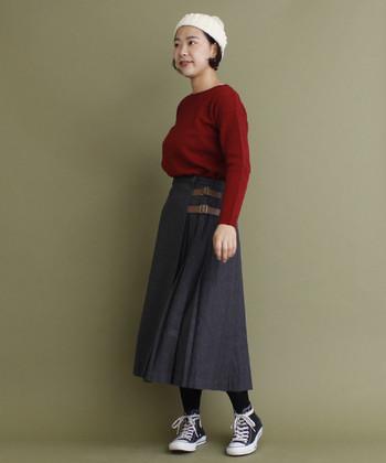 着こなしの均整をとるが難しい、ふくらはぎ丈のスカート。タイツでハイカットスニーカーをコネクトして、スカートの重たさをしっかりと支えます。