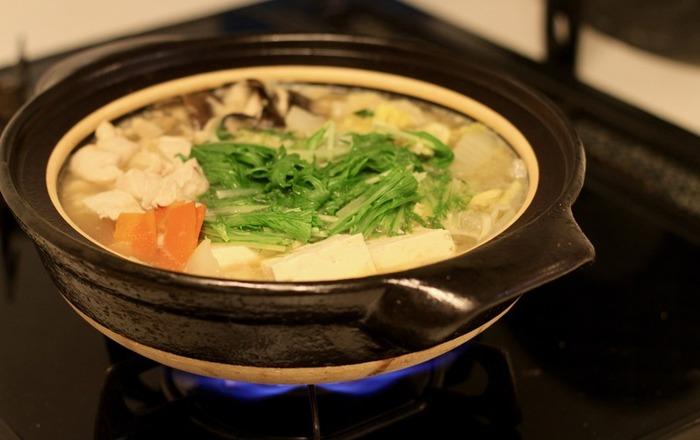 湯豆腐をさらに美味しくいただくべく、土鍋にもこだわりたいところです。こにらは無印良品の土鍋。