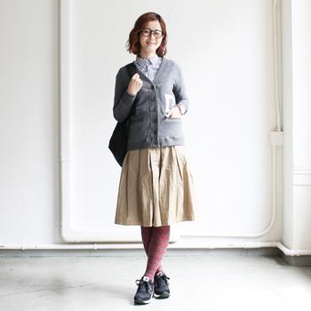 シャツにスカート、カーディガン…。そんなスカートルックの基本とも言えるスタイルは、スニーカーでカジュアルダウンしつつ、柄タイツで遊びもプラスしておきましょう。