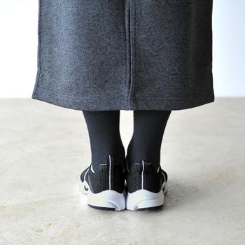 """おすすめは、""""タイツとスニーカー""""でコーディネートを組み立てるという方法。タイツでしっかり下半身を温めつつ、今っぽいスポーティーエッセンスも効かせることができます。ブーツよりも軽やかな印象で、もちろん初春の装いにもすんなりマッチ。今回は、そんなタイツ×スニーカーでつくるスカートスタイルを、タイツのパターン別に特集してまいります!"""