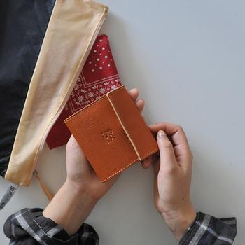 ふだん長財布を使っている方も、旅行のときはかさばらないお財布が便利ですね。こちらはイタリアのレザーアイテムブランド「IL BISONTE(イルビゾンテ)」の2つ折りコンパクトレザーウォレット。独立したコインケースと、4つのカードホルダーがあり、機能性は十分。上質レザーの風合いがたまりません。